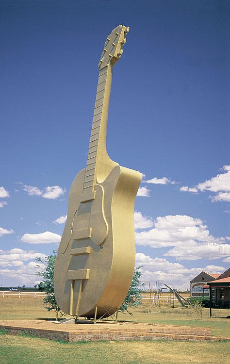 020059tnsw-big-guitar02.jpg